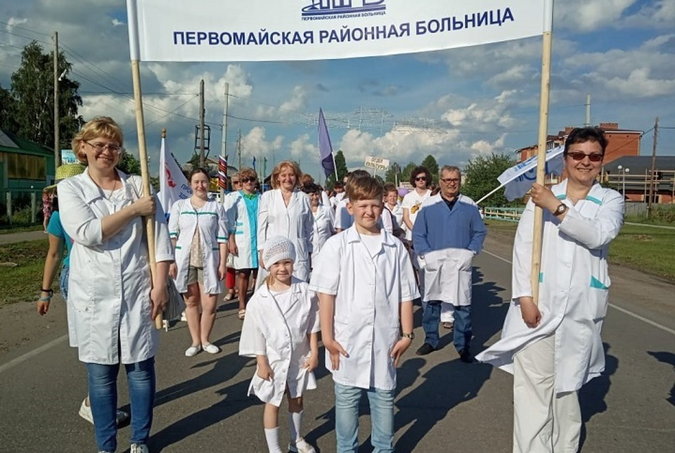 Юбилейное шествие: первомайцы тепло приветствовали колонну медиков. Фото: Оксана. Сальникова