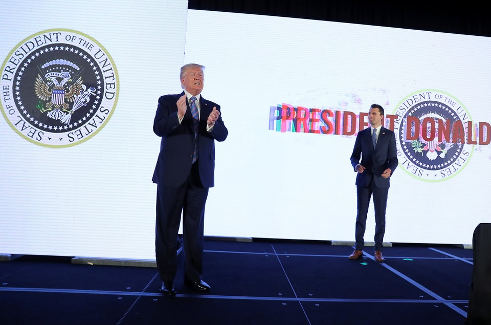 За спиной Трампа орел в когтях он держит не стрелы, а набор клюшек для гольфа
