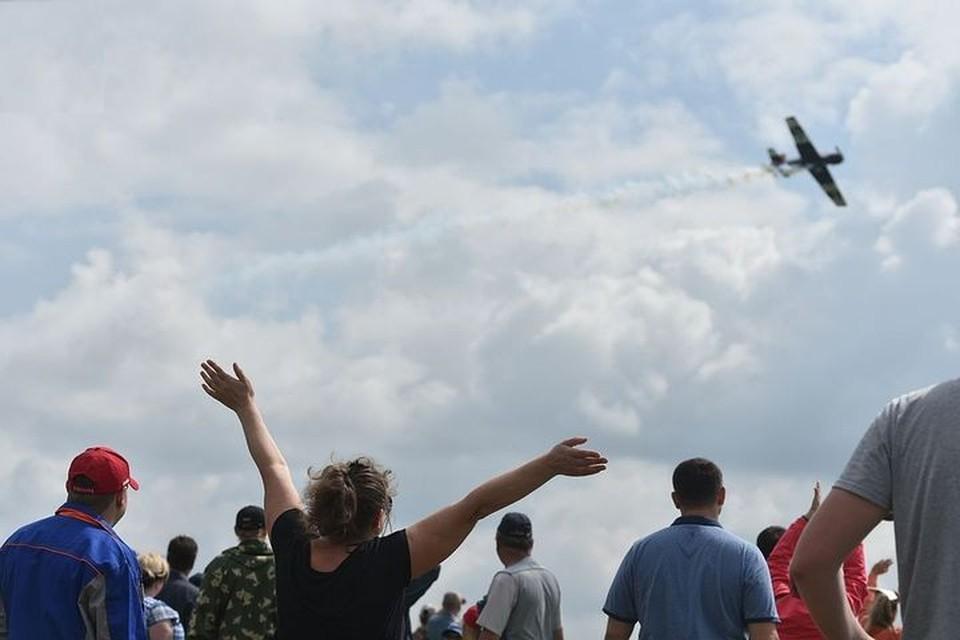 Авиашоу в Мочище приходят посмотреть тысячи горожан.