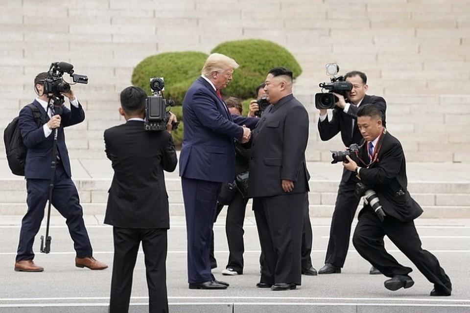 Встреча президента США Дональда Трампа и лидера КНДР Ким Чен Ына в демилитаризованной зоне на границе двух Корей 30 июня