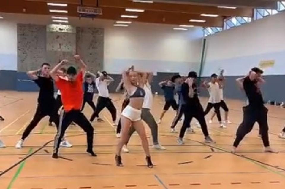Сибирячка научила парней чувственному танцу. Фото: кадр из видео