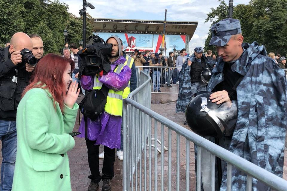 """Корреспондент """"КП"""" послушал, что говорят протестующие и полиция."""
