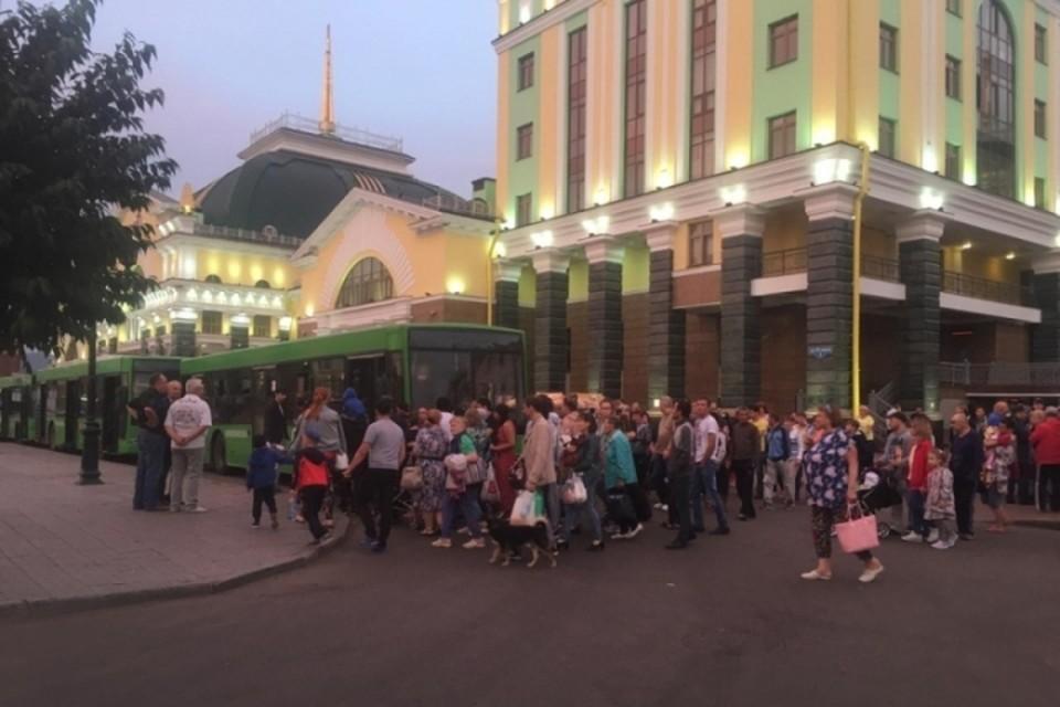 На вокзале людей уже ожидали автобусы. Фото: МЧС России