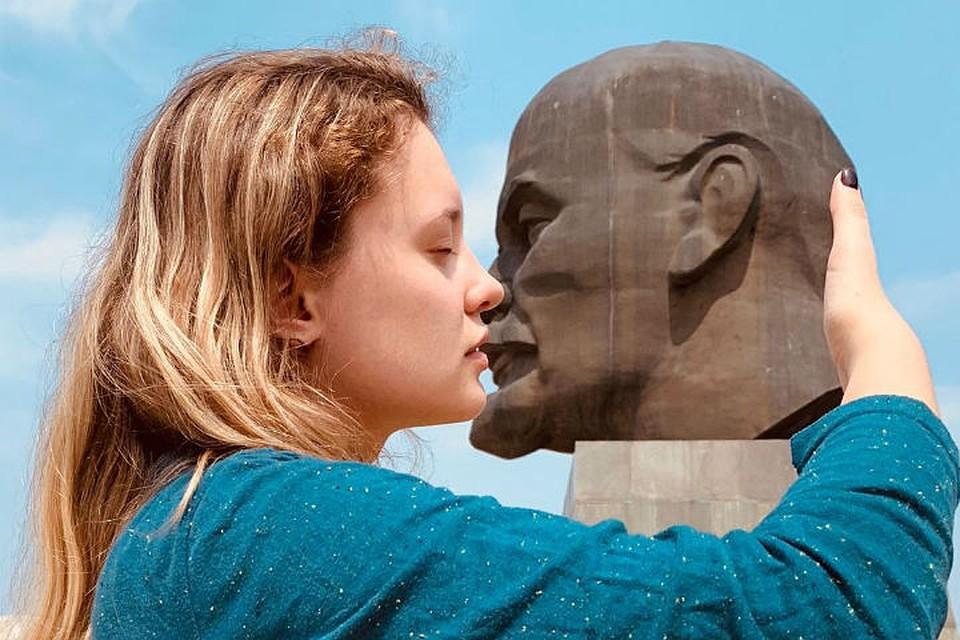 Студентка целует голову Ленина