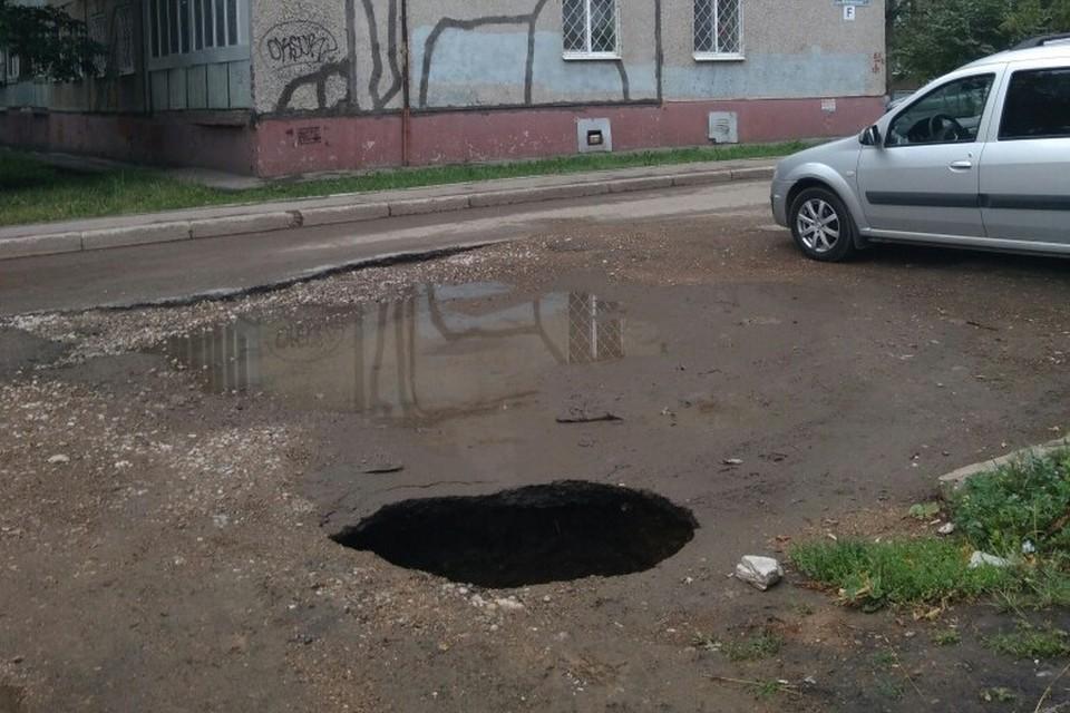 Первым яму заметил владелец провалившейся «Калины» Кирилл Крашенинников