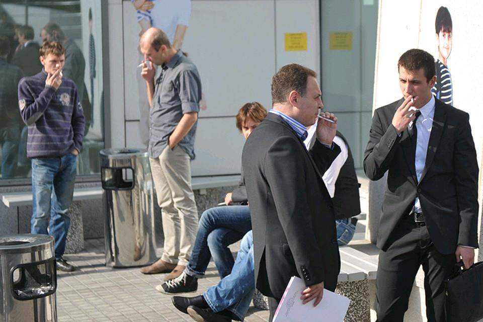 Курильщики дымят у офисного центра.