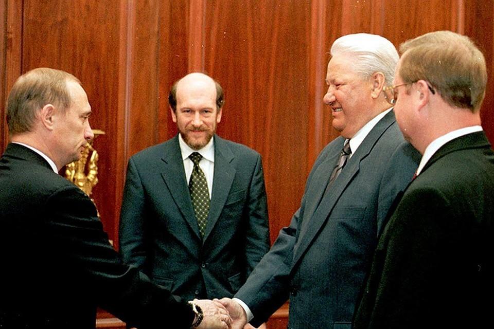 Исторический кадр - Борис Ельцин поздравляет Владимира Путина с назначением на пост премьера (пусть пока с приставкой «и. о.», но уже фактически преемника) вместо Сергея Степашина (на фото - справа). В центре - глава администрации Кремля Александр Волошин