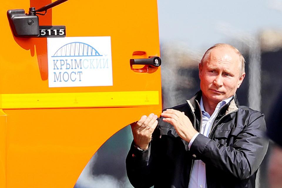 """И, конечно, Путин сам проехал первым по Крымскому мосту за рулем """"КамАЗа"""". Имел на это полное право. Фото: Сергей Бобылев/ТАСС"""