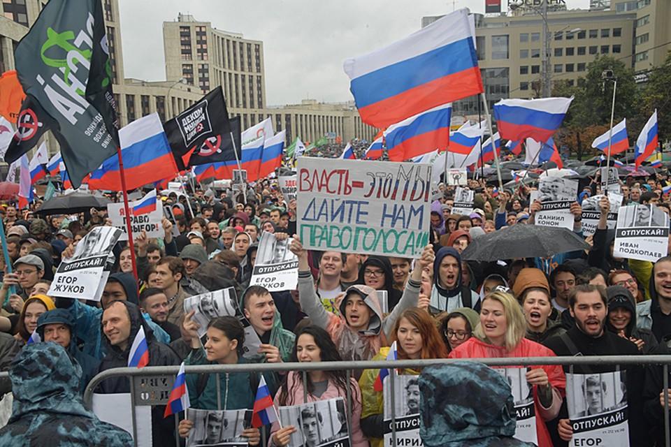 Многие стали отмечать, что участники организовали некое подобие карусели, выходя с митинга и заходя в него опять