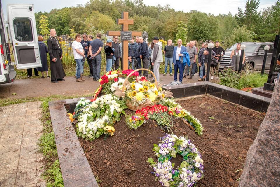 Юрий Шевчук похоронил мать на Южном кладбище Уфы