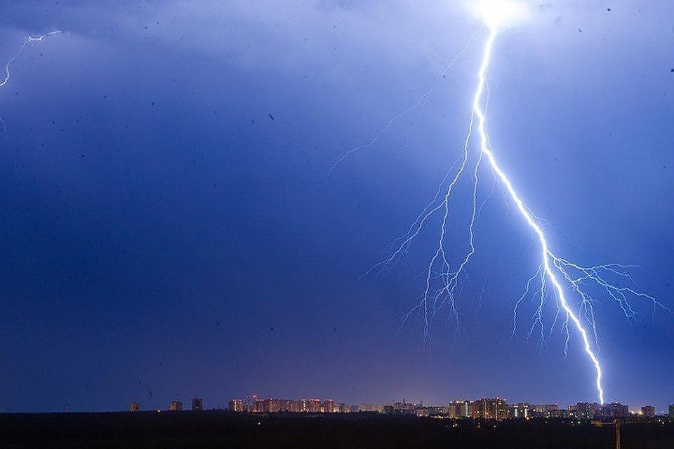 Из-за молнии пять населенных пунктов Челябинской области остались без света.