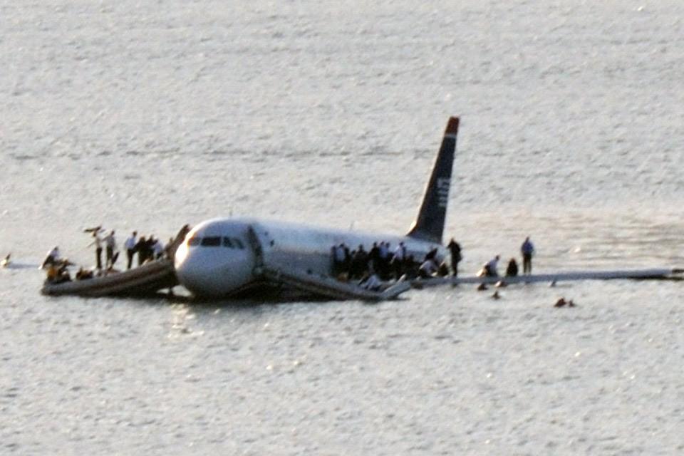 Десять лет назад пилот посадил аварийный самолет на поверхность реки Гудзон в Нью-Йорке.