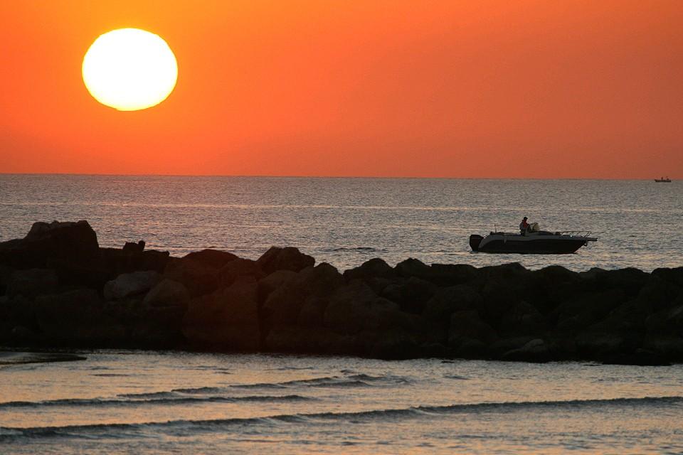 Живописный закат на Средиземном море.