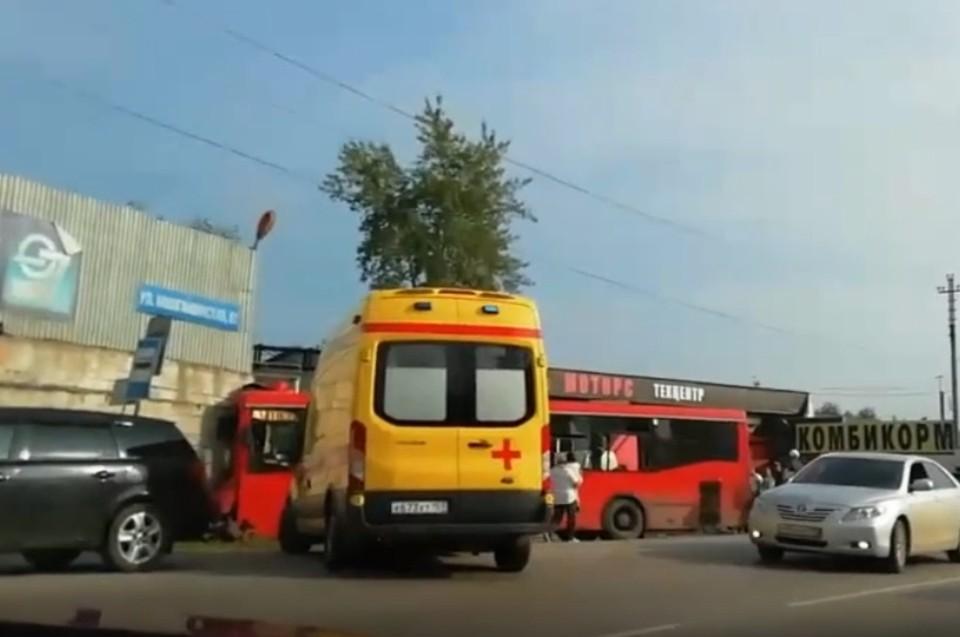 """Автобус врезался в магазин. Фото группа ВК """"Мой город Пермь""""."""