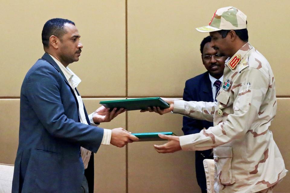 Заместитель главы переходного Военного Совета Судана эсе Мухаммед Хамдан Дагало и лидер коалиции оппозиционного альянса Судана Ахмад Аль-Рабия