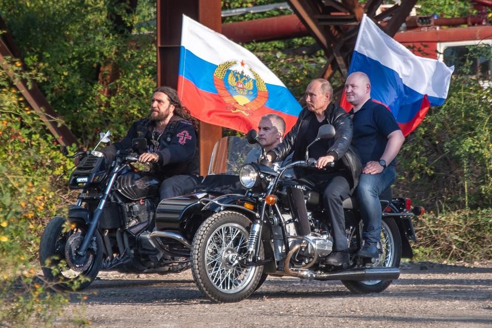 Владимир Путин участвует в байк-шоу в Крыму.