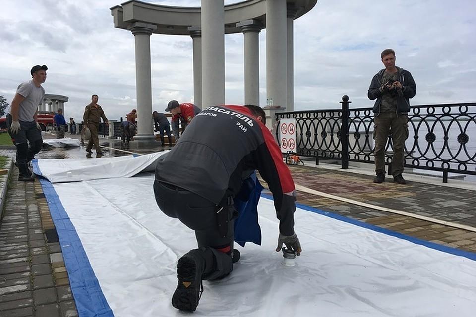 Защитимся водой от воды: на набережной Хабаровска начали собирать водоналивную дамбу