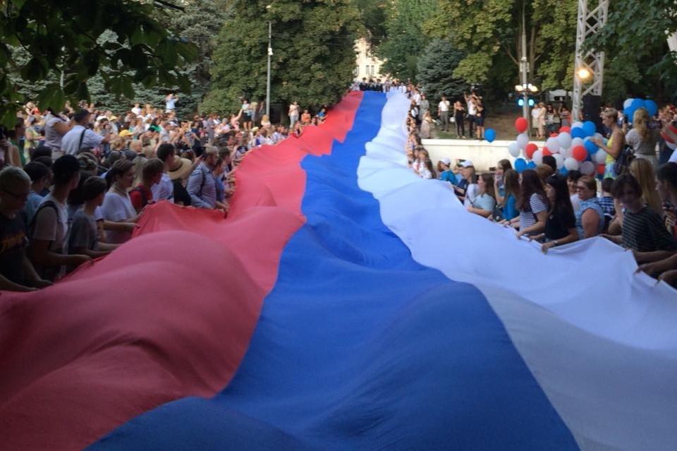 В центре Ростова-на-Дону развернули 50-метровый триколор. Автор фото: Алексей ПОПКОВ