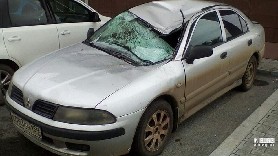 На этот автомобиль упала девушка, выпавшая из окна Фото: https://vk.com/incekb