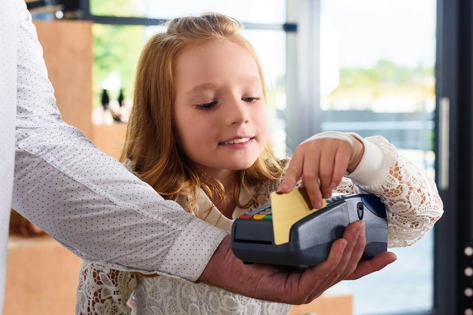 Банковские картд для детей выпускаются для разных платежных систем. Фото: media.rbcdn.ru