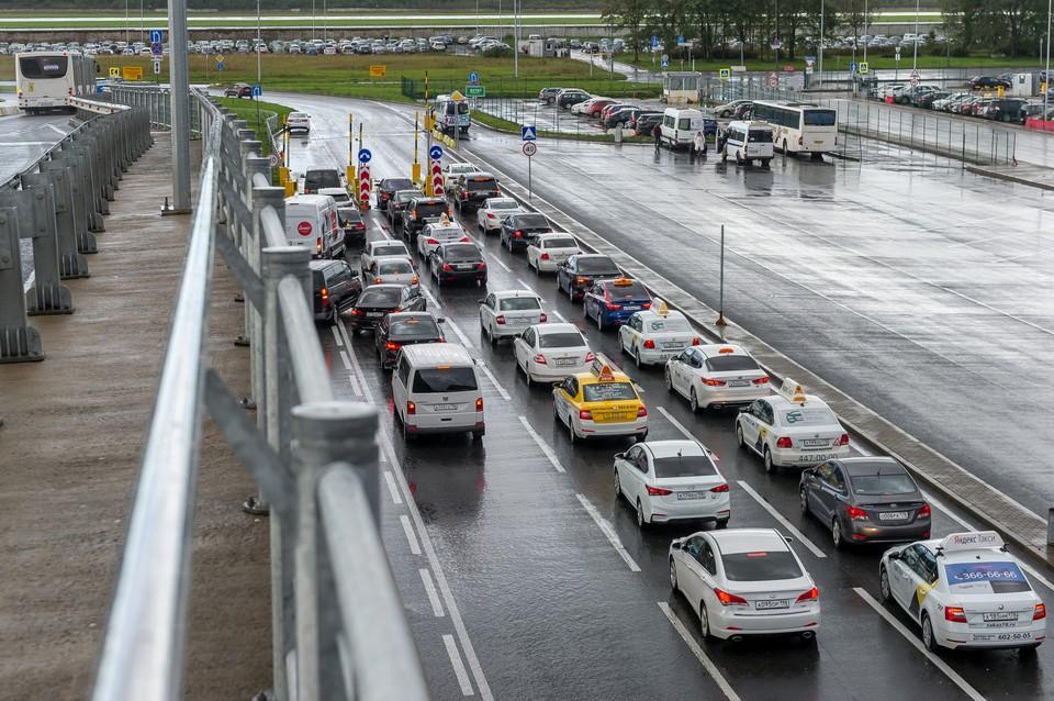 Ночная пробка в Пулково образовалась из-за двух аварий с участием такси