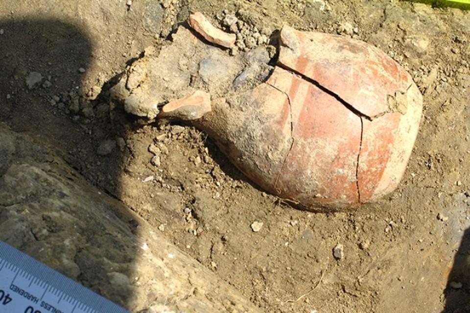 Кувшин с монетами был спрятан в стене дома. Фото: archaeolog.ru