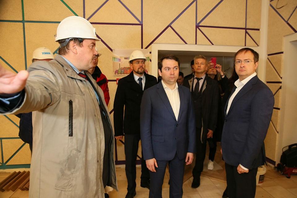 Владимиру Мединскому показали, как приводят в порядок театр кукол. Фото: gov-murman.ru