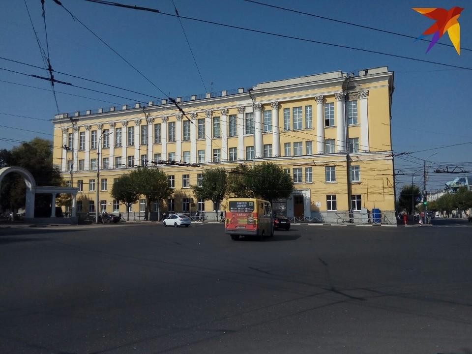 В филиале не верят ни в версию об аварийности здания, ни в версию о немилости Рособрнадзора.