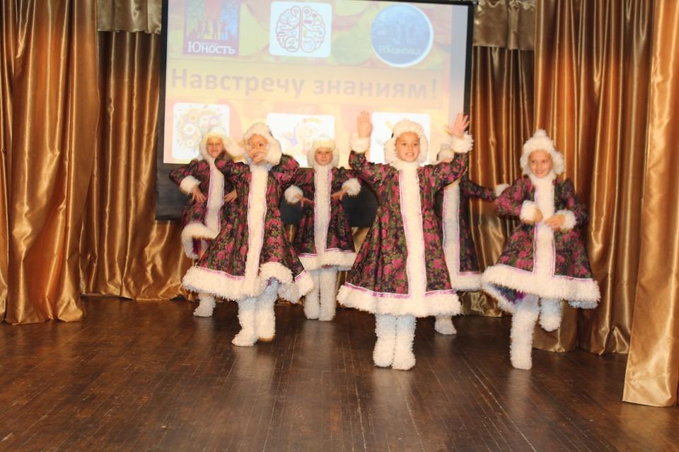 Дети ансамбля народного танца «Экспромт» исполняют танец «Зимушка». Фото: Ксения ПОЛТОРАНИНА.