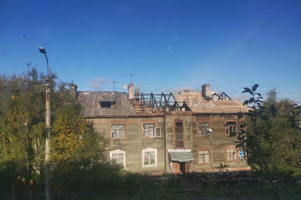 После пожара в деревяшке делают новую крышу. Фото: Яна Никишкина