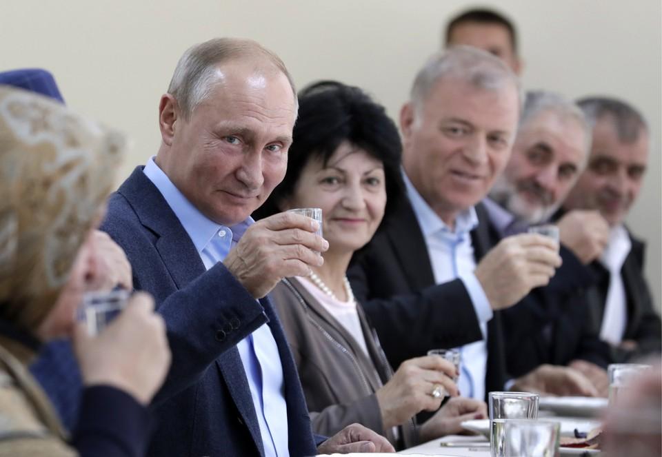 Путин и та самая рюмка водки. Фото: Михаил Метцель/ТАСС