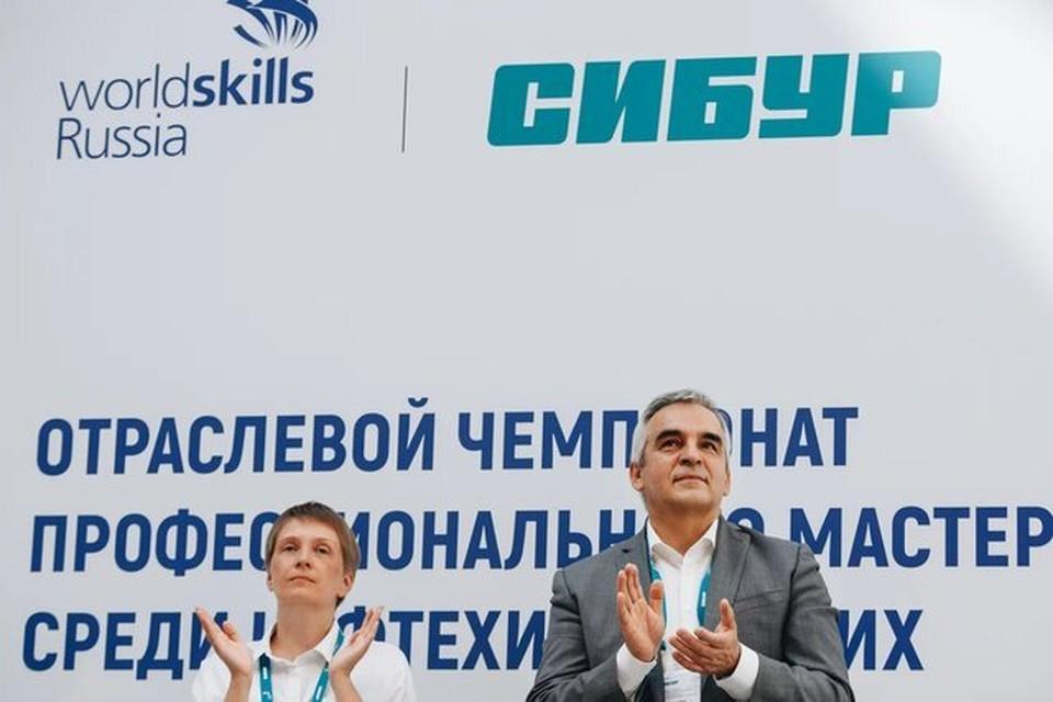 Рустам Галиахметов, член-правления - управляющий директор ( СИБУР) и Екатерина Никул, директор департамента по работе с промышленностью и развитию новых компетенций (WorldSkills) на церемонии награждения.
