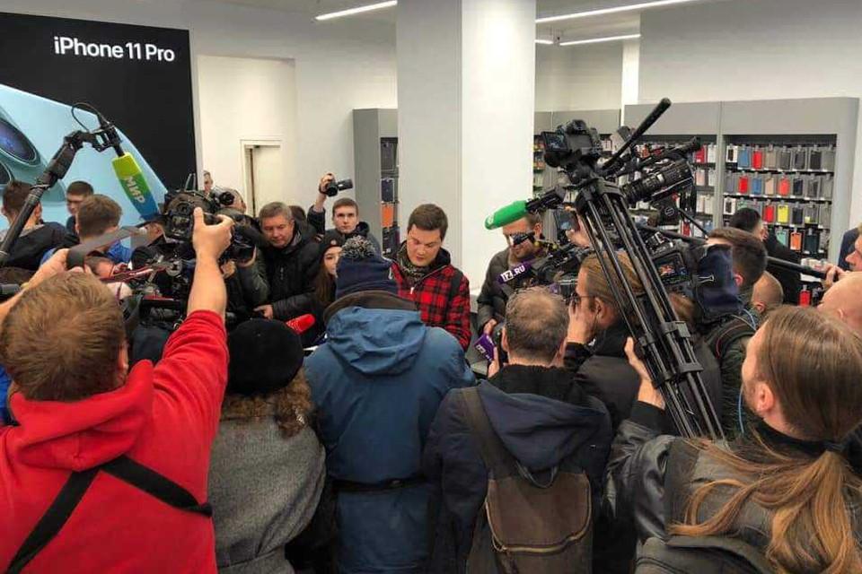 Первый покупатель iPhone 11 москвич Давид Давыдов рассказал, что просто зашёл за новым гаджетом по пути на работу. Фото: Inventive Retail Group