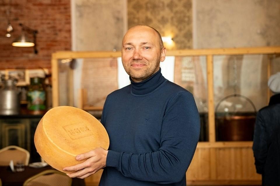 Иван Артюх демонстрирует один из образцов своей продукции.