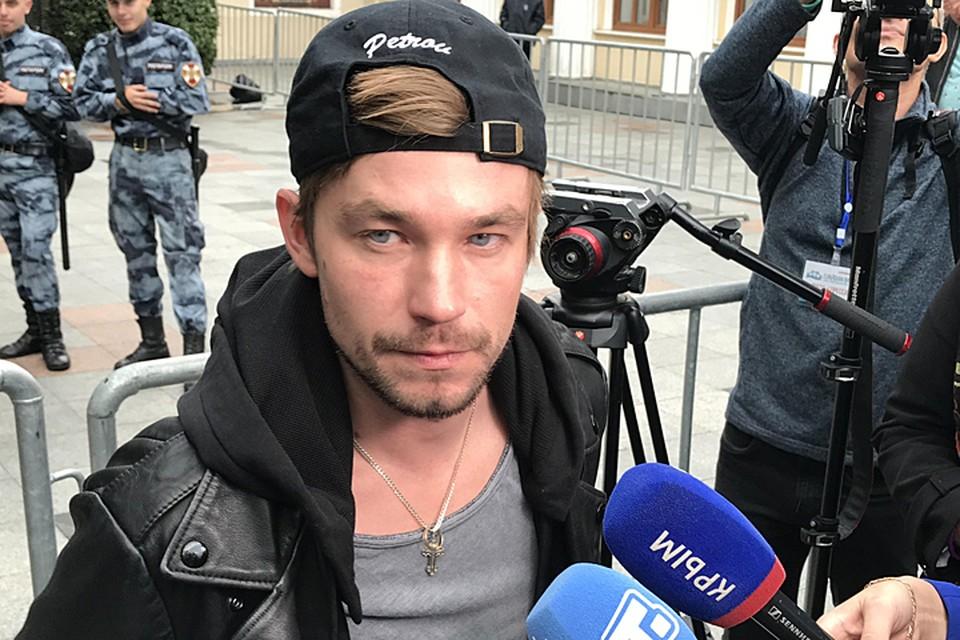Александр Петров, в отличие от нарядных коллег, не стал облачаться в рубашку и костюм
