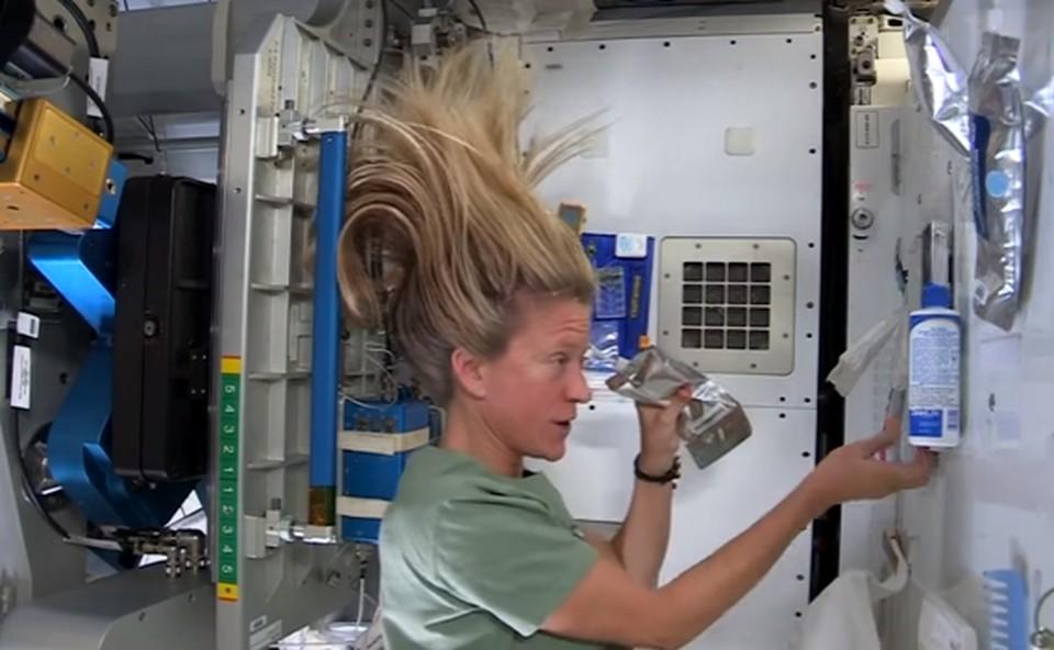Космонавт Карен Найберг показала, как ухаживает за волосами на борту МКС