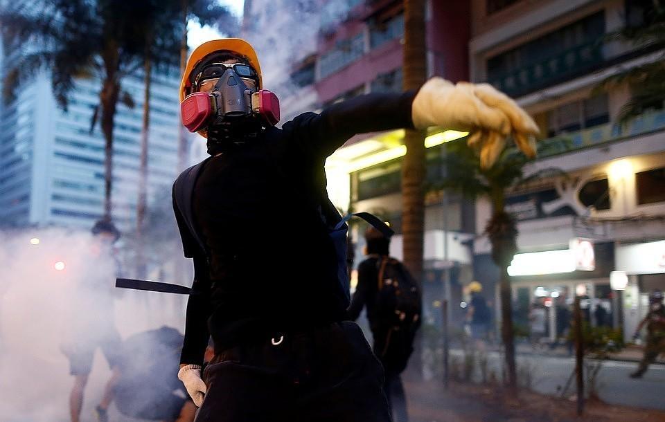 Администрация Гонконга начала первый политический диалог с жителями города