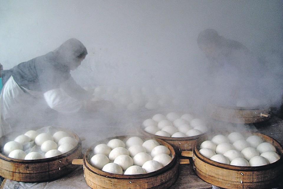Китайские мастера баоцзы работают в экстремальных условиях морозильника...