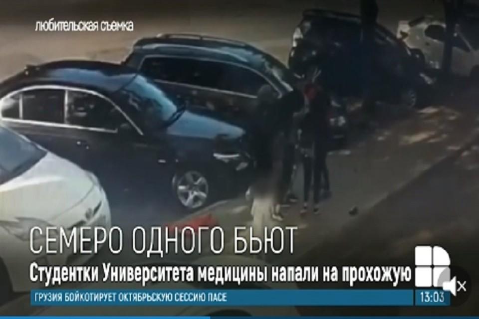 Избиение происходило средь бела дня на оживленной улице (Фото: скриншот).