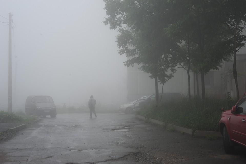 Туман держится весь день во Владивостоке