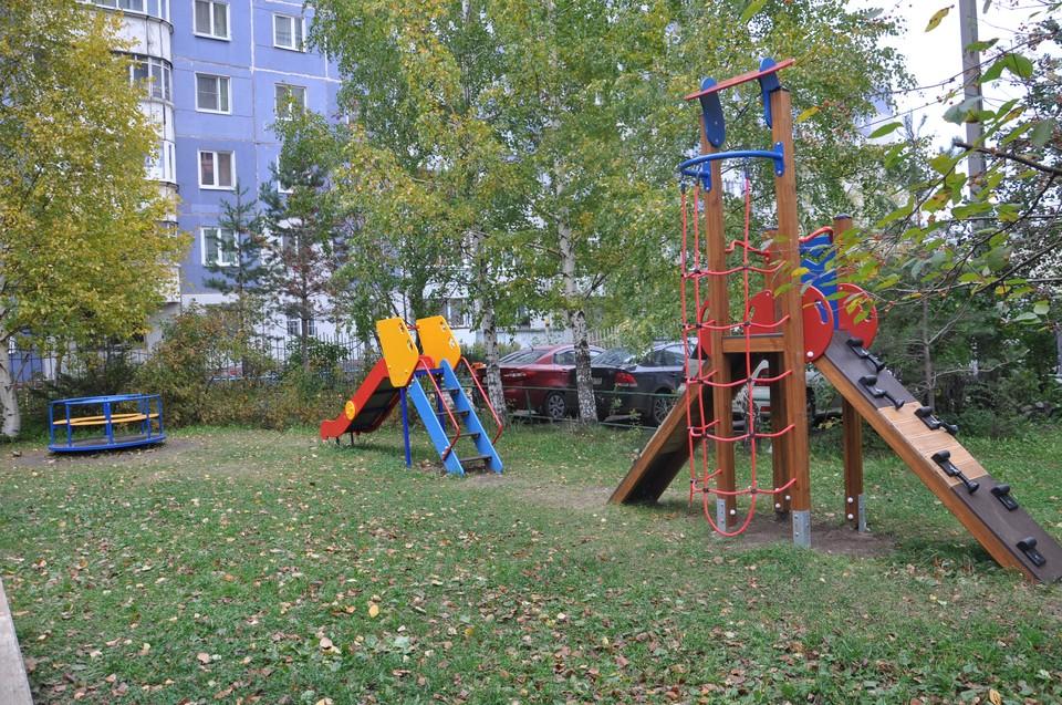Теперь малыши из дома по улице Мильчакова, 37 могут играть на новой детской площадке.