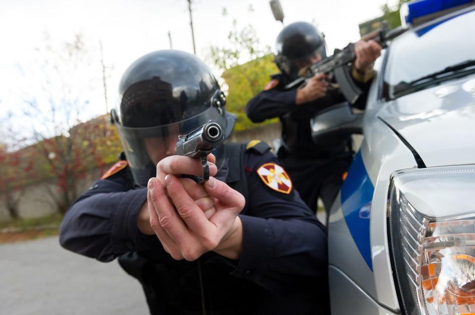 В Петербурге полицейские устроили перестрелку с росгвардейцами из-за мигранта.