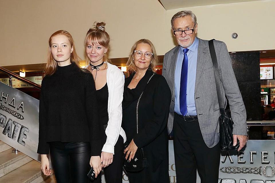 Александр Михайлов с женой и дочками