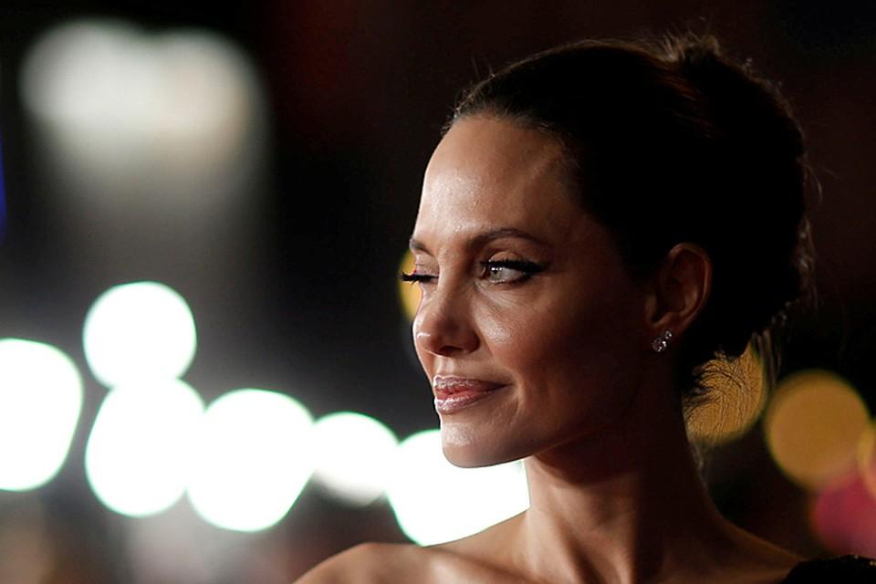 Эффектное появление Джоли на ковровой дорожке в Японии стало настоящей сенсацией