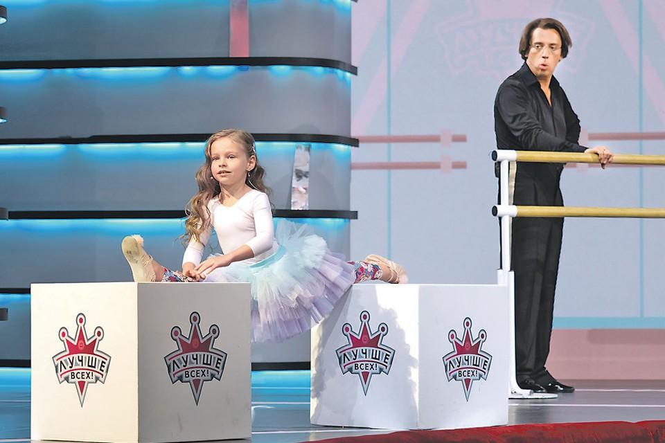 Максима Галкина сложно удивить, но участникам шоу - например, этой девочке с растяжкой Ван Дамма - это удается. Фото: Первый канал