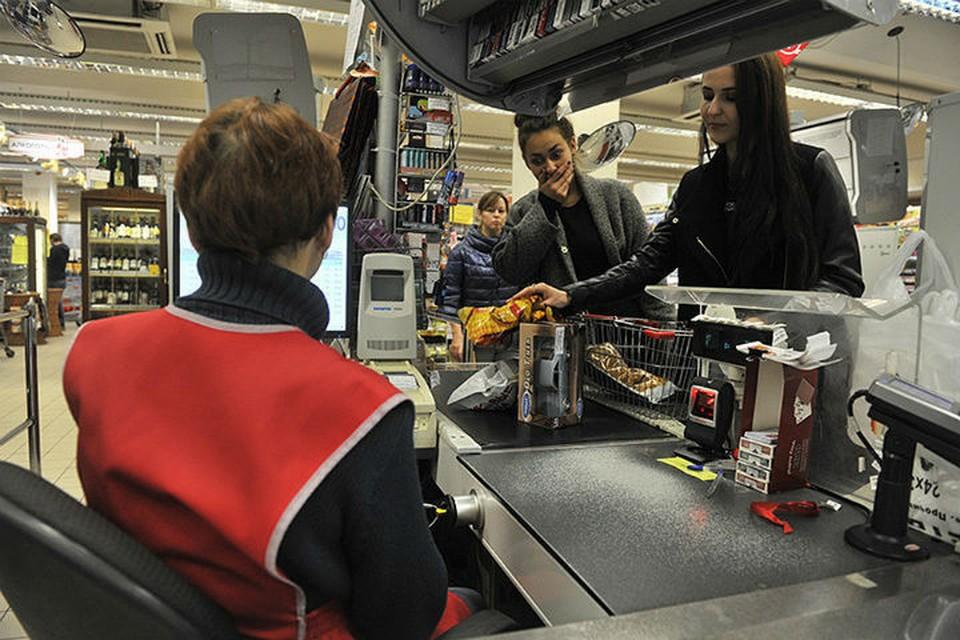 Исповедь кассира супермаркета: тайком пробиваем красную икру и промываем 3-дневные салаты под водой