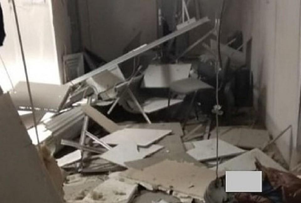 Взрыв серьезно повредил помещение, глде утсановлены банкоматы.