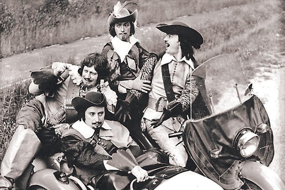 На съемках собиралась куча зевак, поэтому актеров охраняла милиция. На этом кадре бравая четверка фотографируется на мотоцикле, одолженном у сотрудников ГАИ. Фото из личного архива Натальи Юнгвальд-Хилькевич