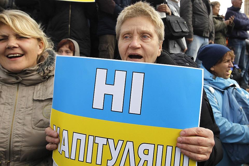 """На Майдане собрался уже не один митинг противников подписания """"формулы Штайнмайера"""", которое собравшиеся считают капитуляцией перед Россией."""