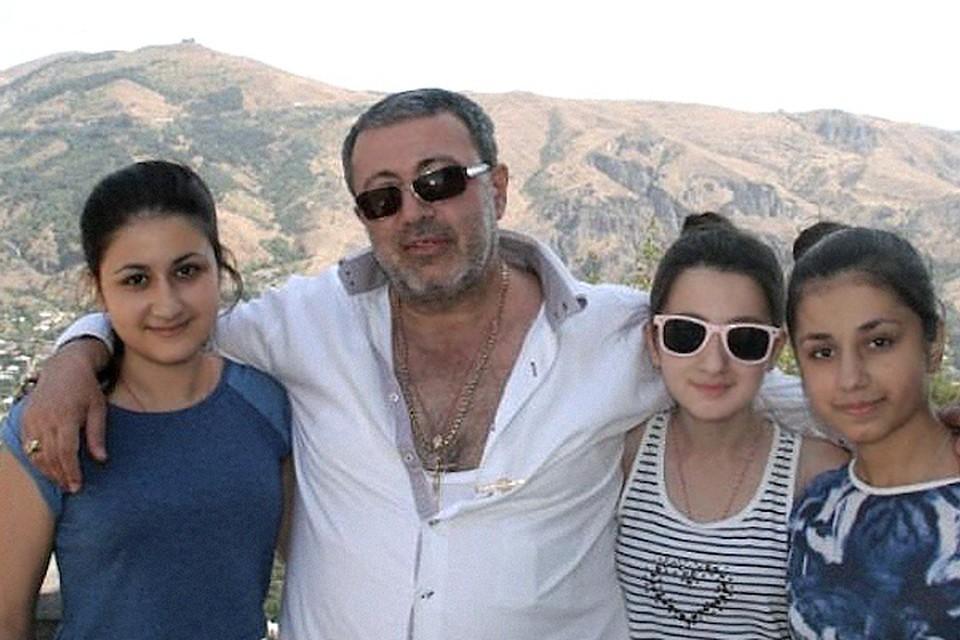 По словам троих сестер, Михаил Хачатурян любил оружие больше, чем их.